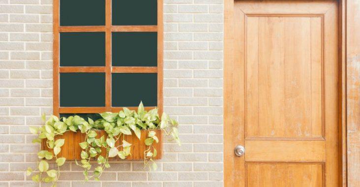 porte et fenêtre en bois marron clair