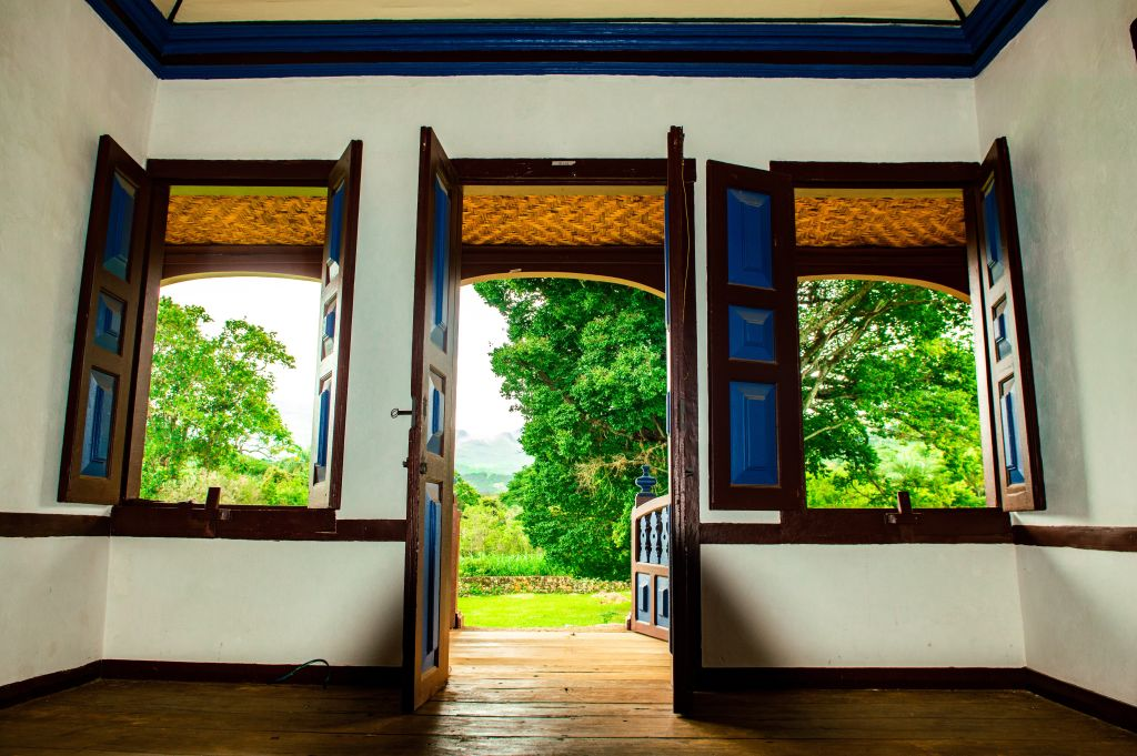 porte en bois ouverte